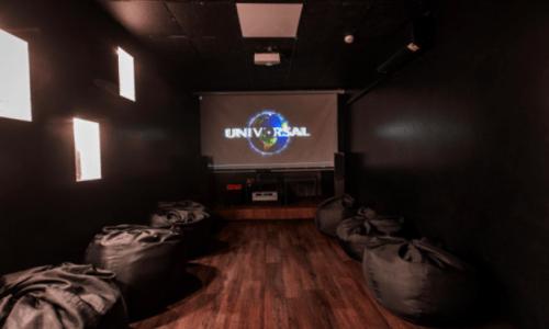 Rockfellow на Андреевском - 6 стильных кинозалов с играми • 2021 • RoomRoom 1