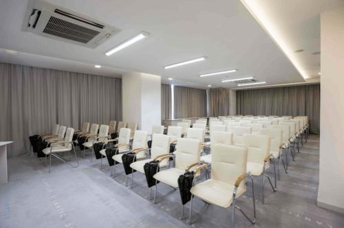 Atlantic Garden Resort - 5 стильных конференц залов и комната переговоров • 2021 • RoomRoom 13